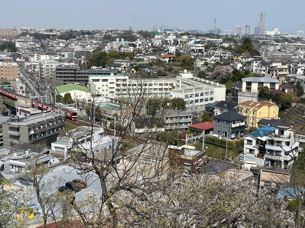 弘明寺公園の展望台からの京急線やランドマークタワーの眺め(2021/3/27)