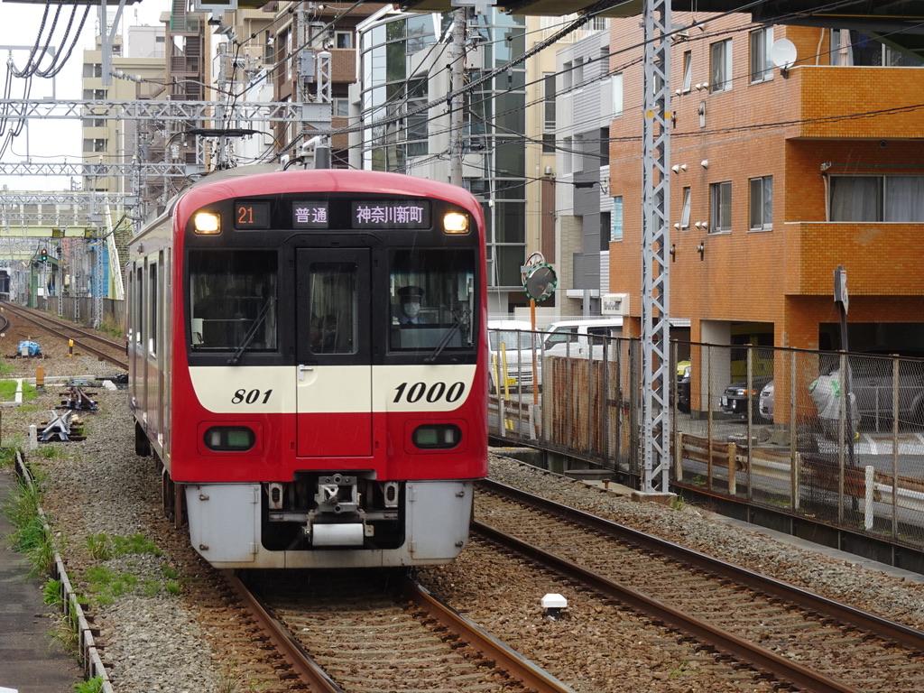生麦駅2番線に入線する1801編成普通神奈川新町行き(2021/4/4)