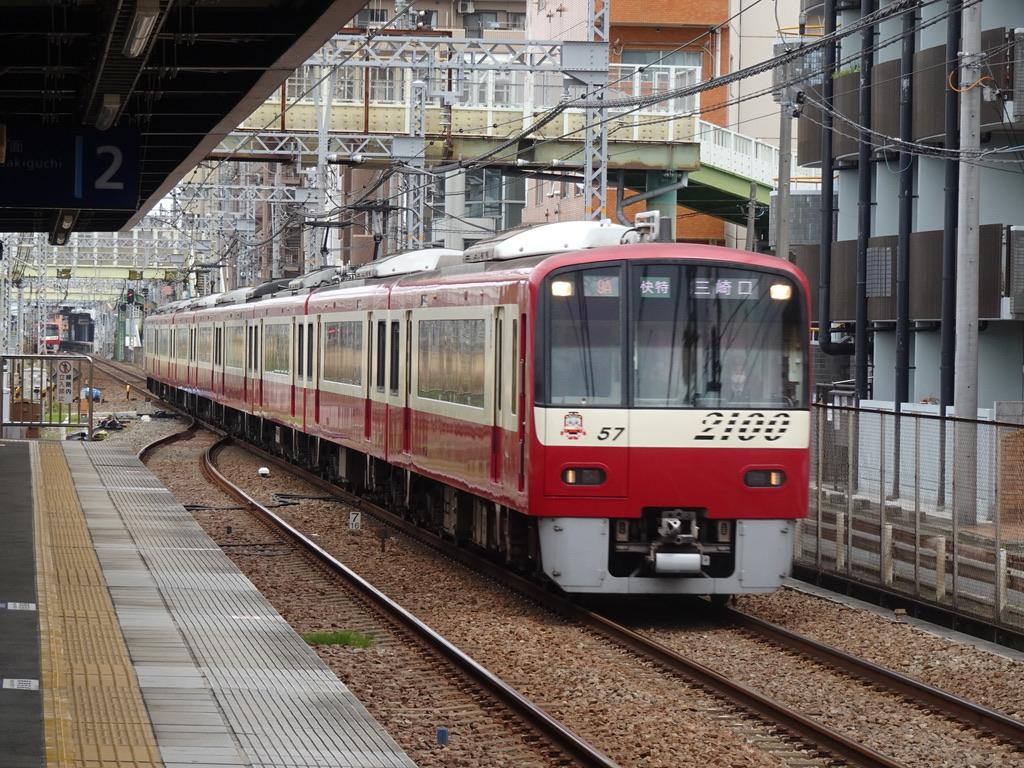 生麦駅1番線を通過する2157編成快特三崎口行き(2021/4/4)
