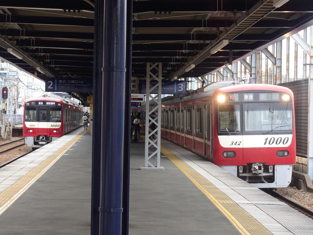 到着はほぼ同時刻となる生麦駅上下線ホームの普通列車(2021/4/4)