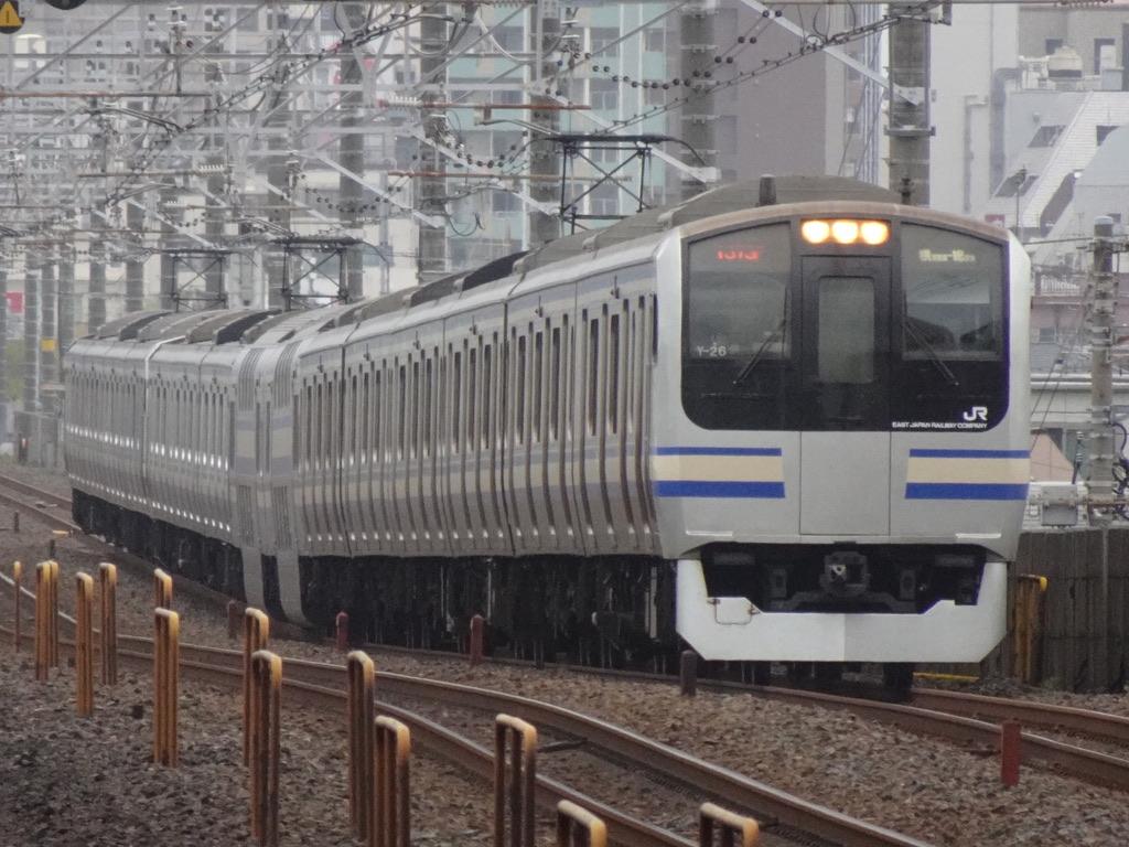 本八幡駅付近を走行中のE217系(15両編成)総武線快速・成田空港行き(2021/4/4)