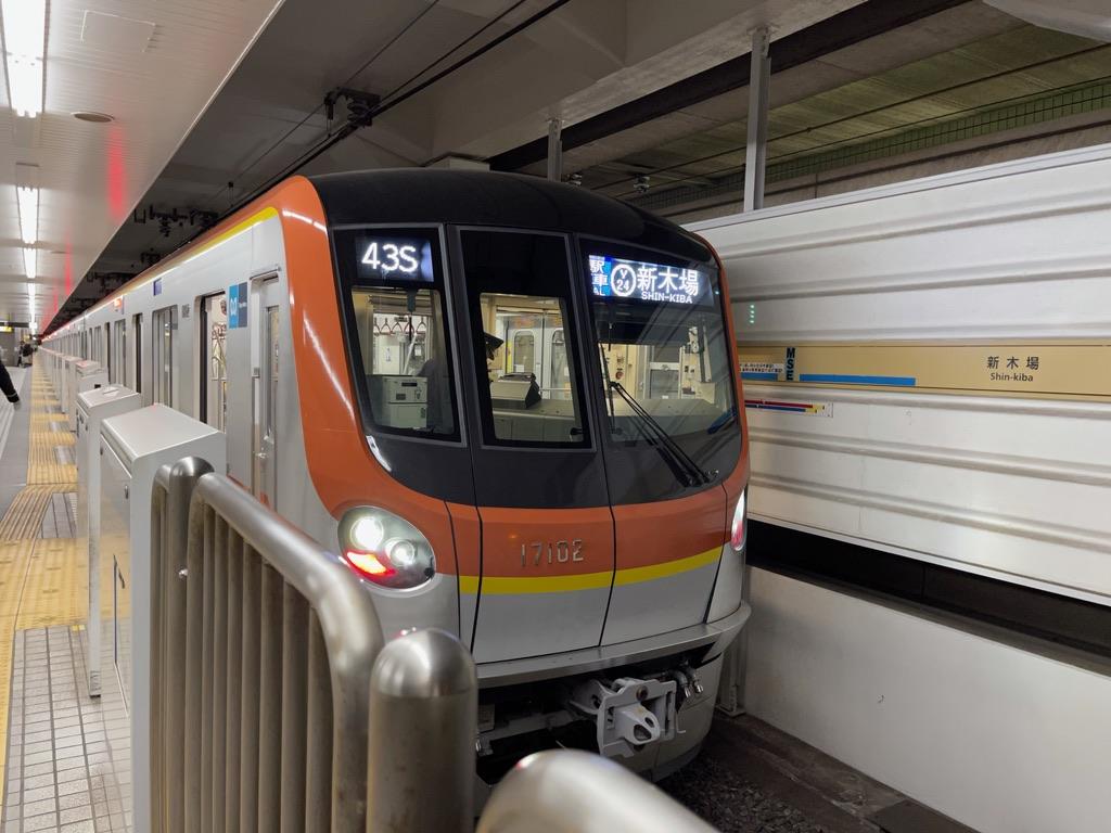 終点・新木場駅1番線に到着した東京メトロ有楽町線17002F(2021/4/4)