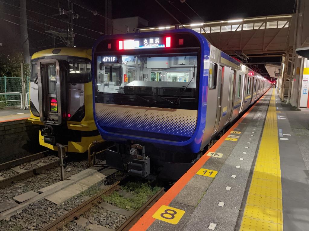 上総一ノ宮駅に停車中のE257系特急わかしお24号、E235系快速久里浜行き(2021/4/6)