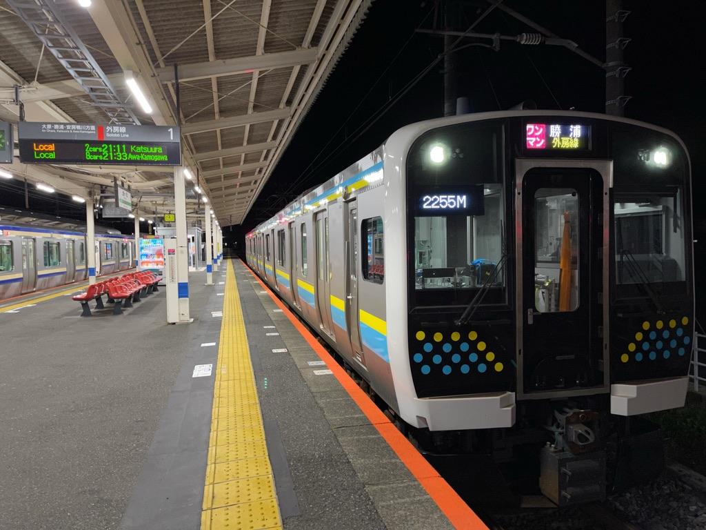上総一ノ宮駅1番線に停車中のE131系普通勝浦行き(2021/4/6)