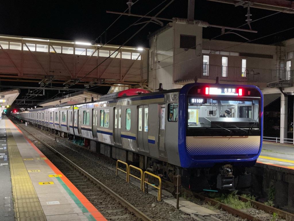 上総一ノ宮駅1番線に停車中のE235系快速久里浜行き(2021/4/6)