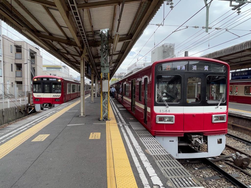 神奈川新町駅での1801編成(4両編成)から1541編成(6両編成)への乗り継ぎシーン(2021/4/4)