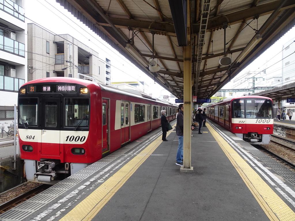 神奈川新町止まりの普通列車と、通過する快特(2021/4/4)