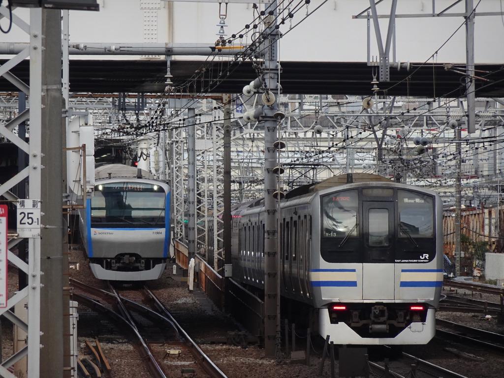 平沼橋駅のホームから眺めた、横浜駅を発着する相鉄線・横須賀線の車両(2021/2/23)