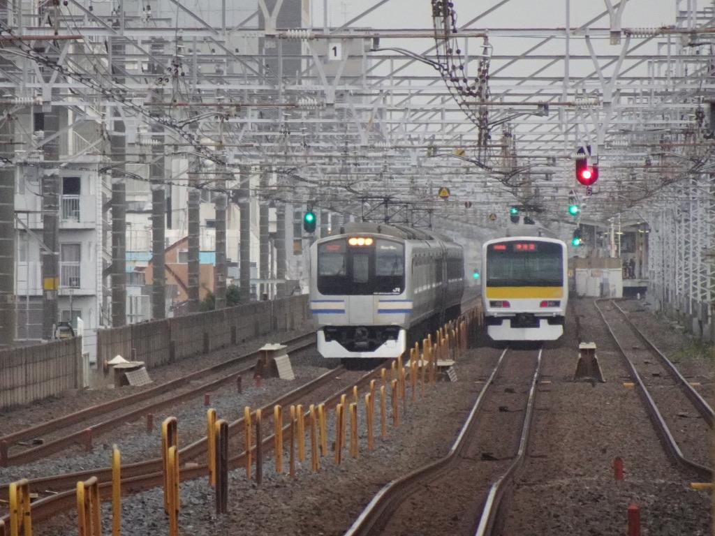 本八幡-下総中山間ですれ違う総武快速線上り列車・総武緩行線下り列車(2021/4/4)