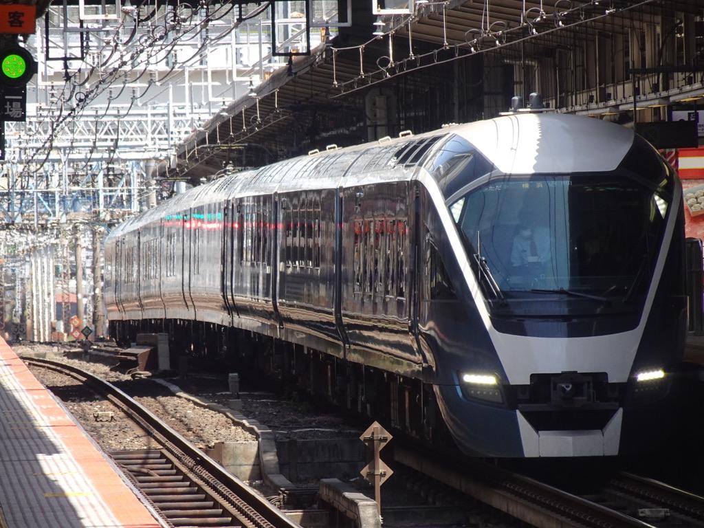 横浜駅6番線に停車中のE261系サフィール踊り子1号伊豆急下田行き(2021/4/18)