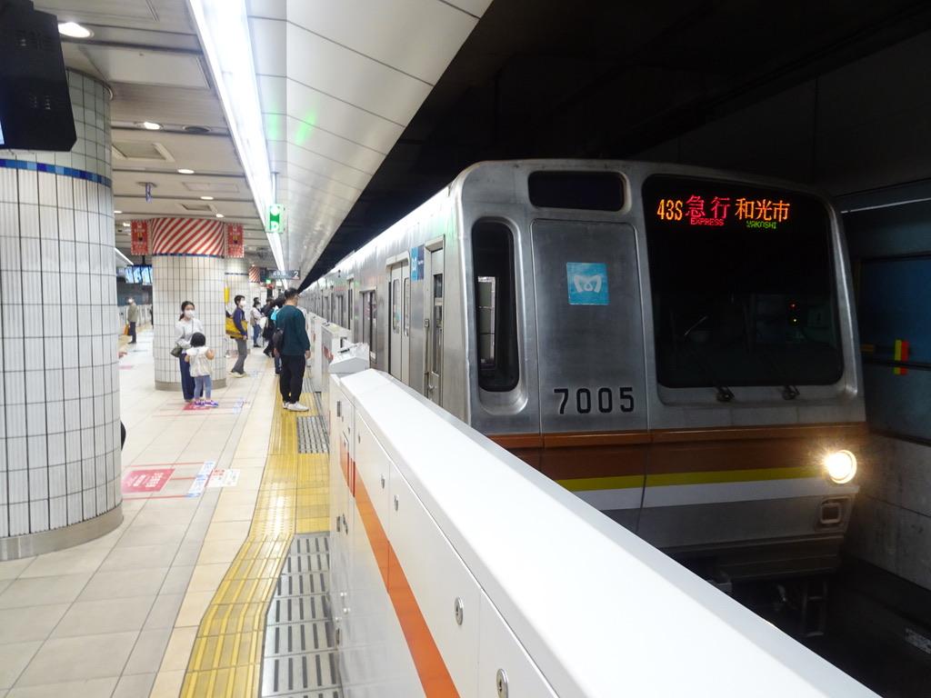横浜駅2番線に停車中の東京メトロ7105F急行和光市行き(2021/4/18)