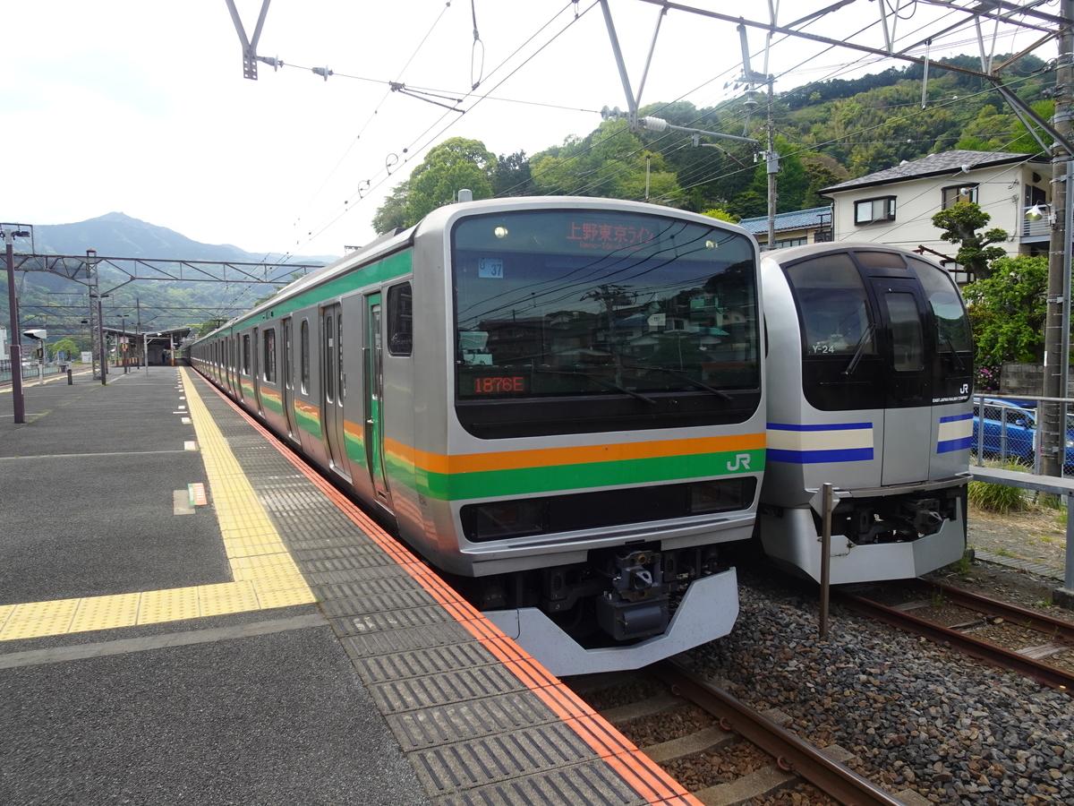 湯河原駅で並ぶE231系上野東京ライン直通高崎行き、留置中のE217系(2021/4/25)