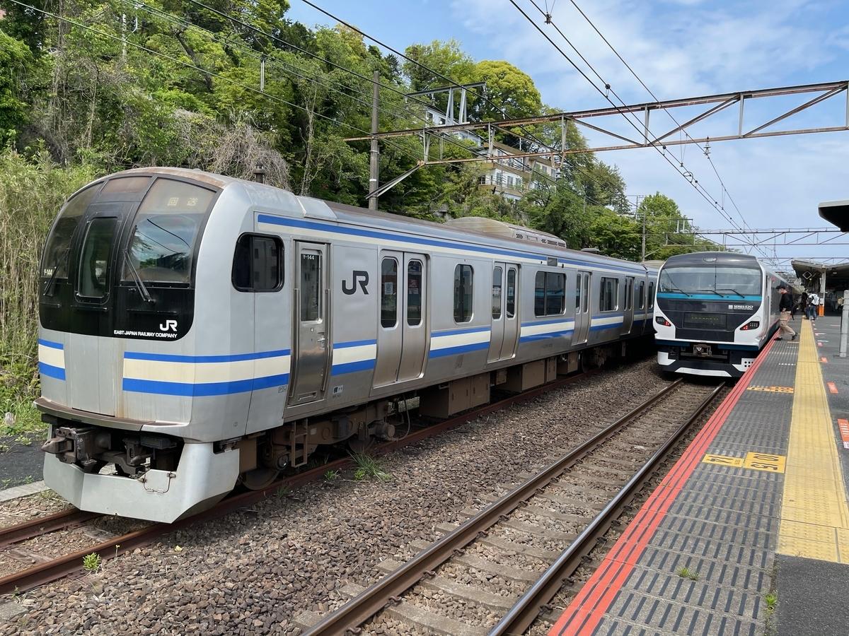湯河原駅に留置されているE217系と、到着したE257系踊り子6号東京行き(2021/4/25)
