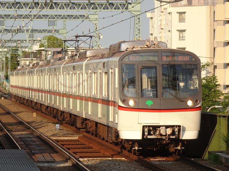 井土ヶ谷駅に到着する都営5314Fエアポート急行逗子・葉山行き(2021/4/25)