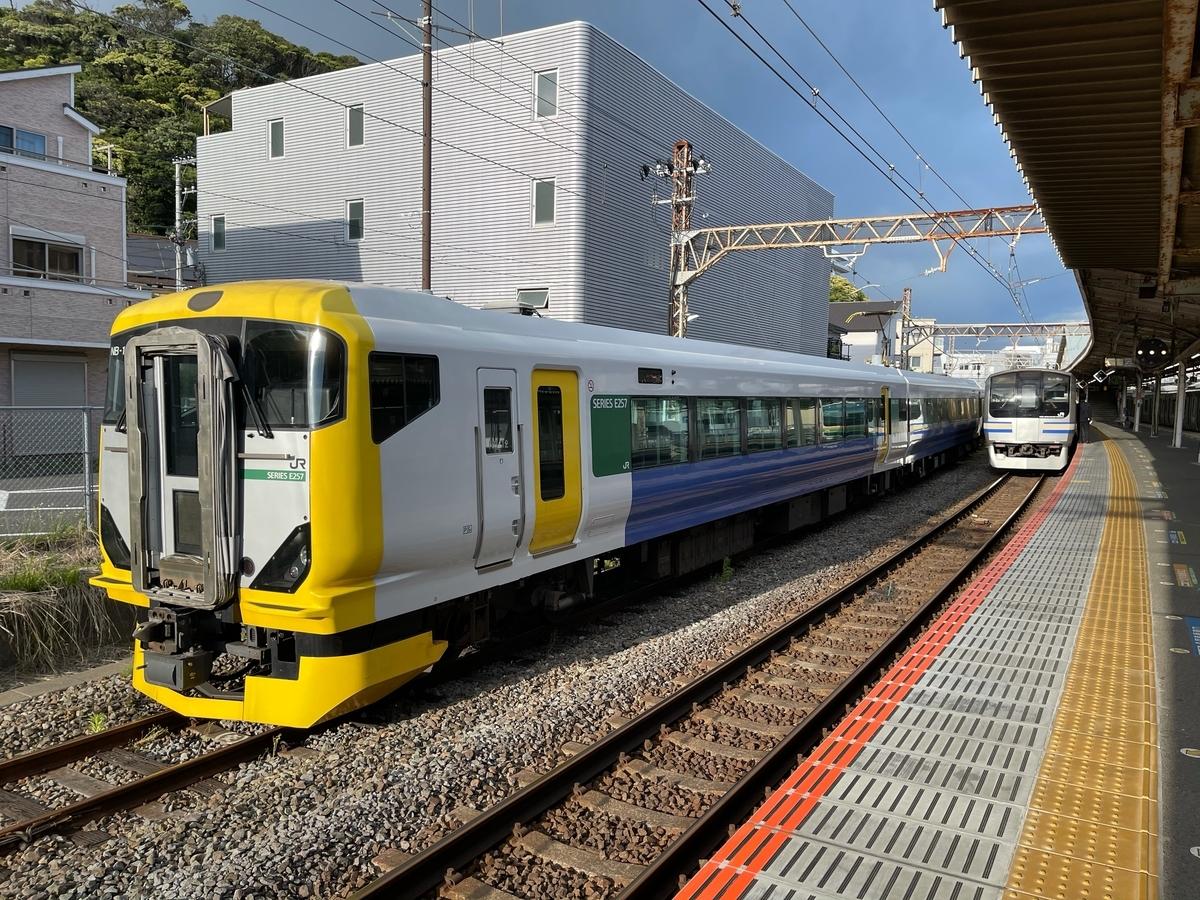 逗子駅横の留置線に停車中のE257系(ホリデー快速鎌倉号用)(2021/5/2)