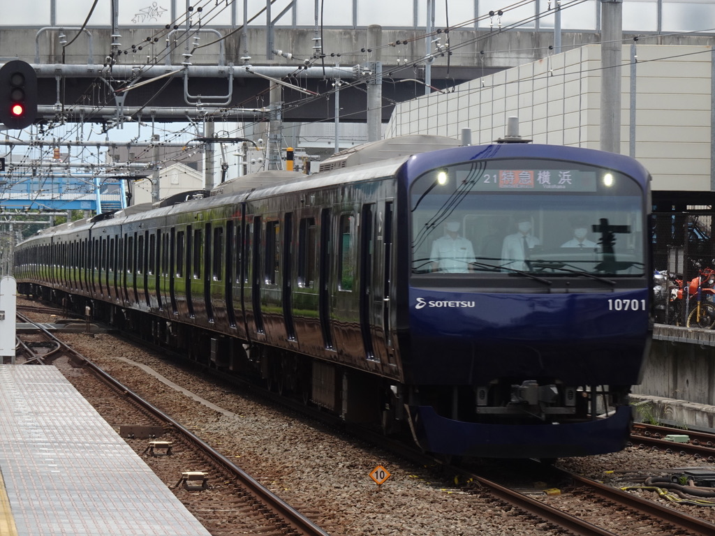 瀬谷駅を通過する10701F(YNB更新車)特急横浜行き(2021/5/8)