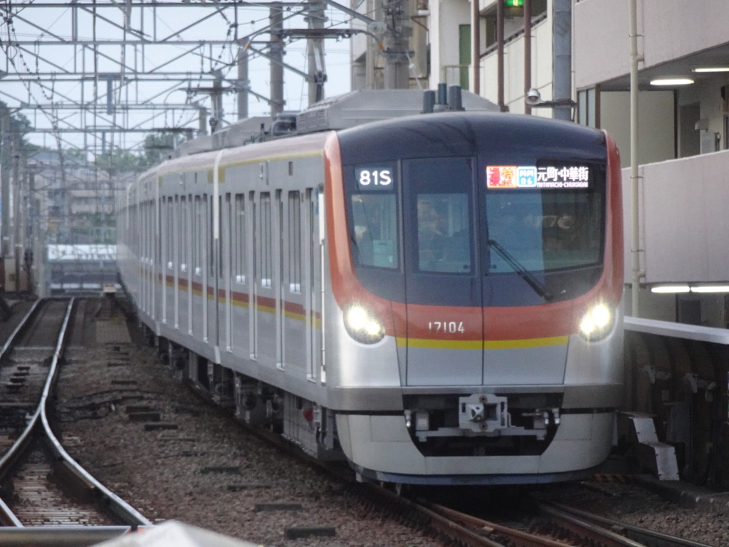 菊名駅4番線に到着する東京メトロ17104F通勤特急元町・中華街行き(2021/5/10)
