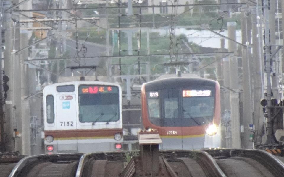 菊名駅付近ですれ違う東京メトロ有楽町線・副都心線新旧車両(2021/5/10)