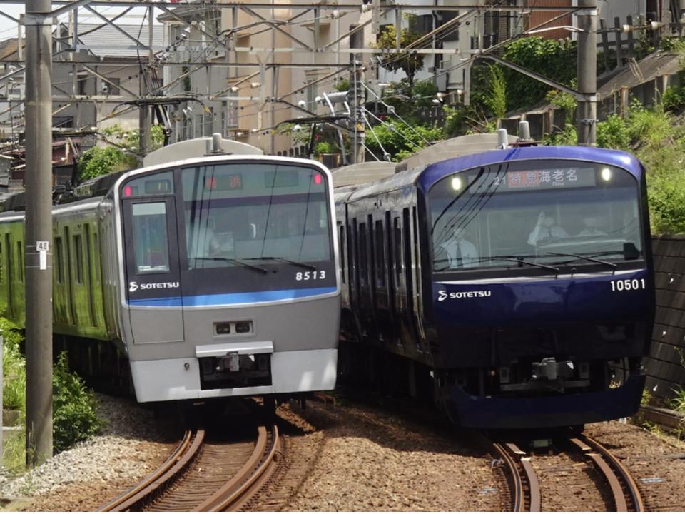 鶴ヶ峰駅付近ですれ違う8713F快速横浜行き、10701F特急海老名行き(2021/5/8)