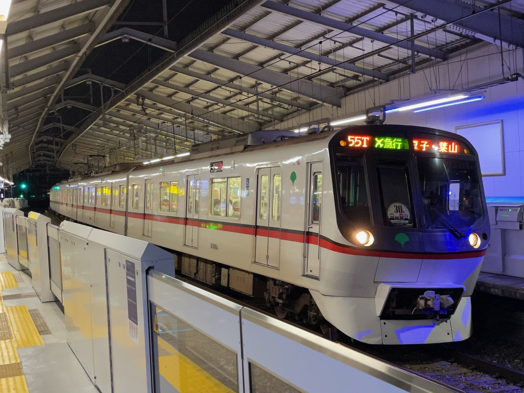 京急鶴見駅1番線に停車中の都営5316Fエアポート急行逗子・葉山行き(2021/5/26)