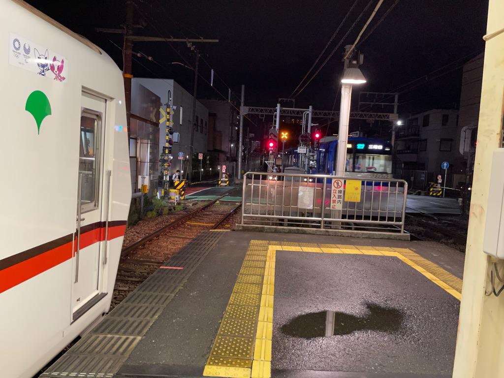 神奈川新町駅でWing号(京急ブルースカイトレイン)を待避中の都営5316F(2021/5/26)
