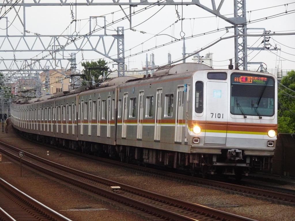 まもなく多摩川駅を通過する東京メトロ7101F(10両編成)通勤特急元町・中華街行き(2021/6/1)