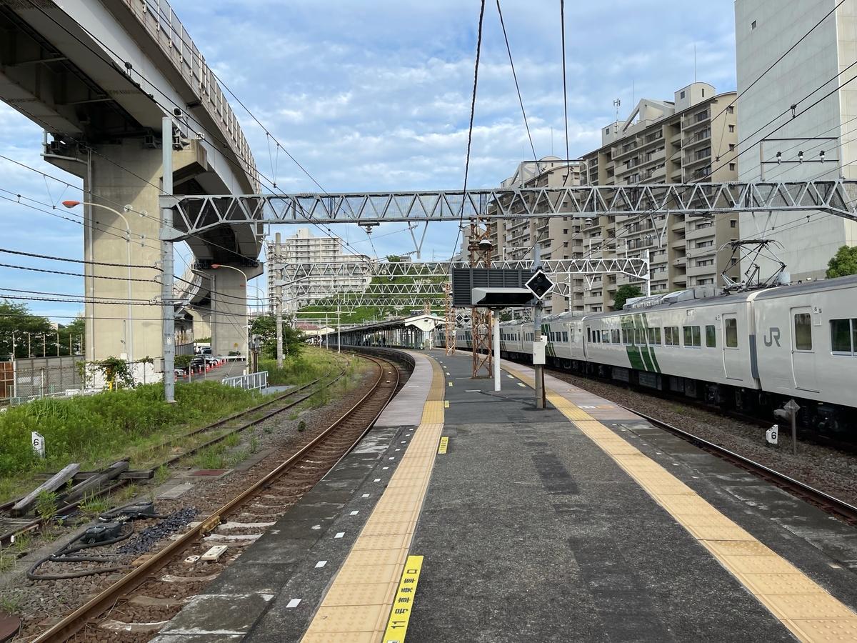 横須賀駅に留置されている185系6両編成(快速鎌倉あじさい号回送)(2021/6/6)