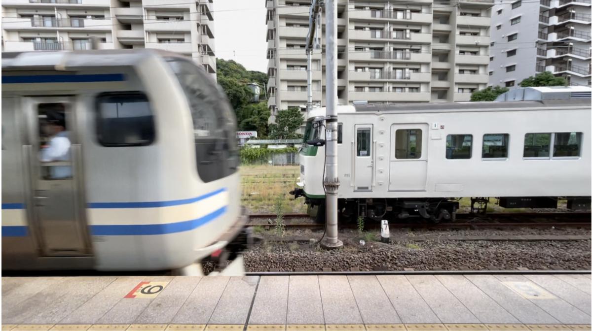 横須賀駅3番線を発車するE217系久里浜行きと、留置中の185系(2021/6/7)