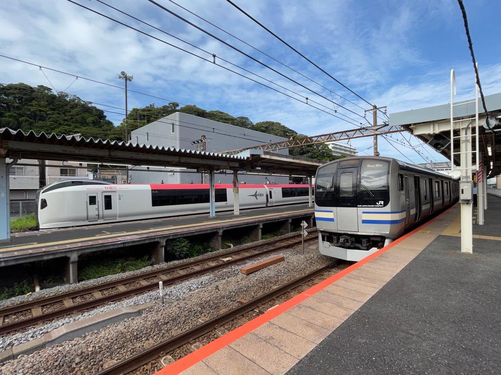 逗子駅3番線に停車中のE259系成田エクスプレス回送、1番線に到着したE217系15両編成(2021/6/12)