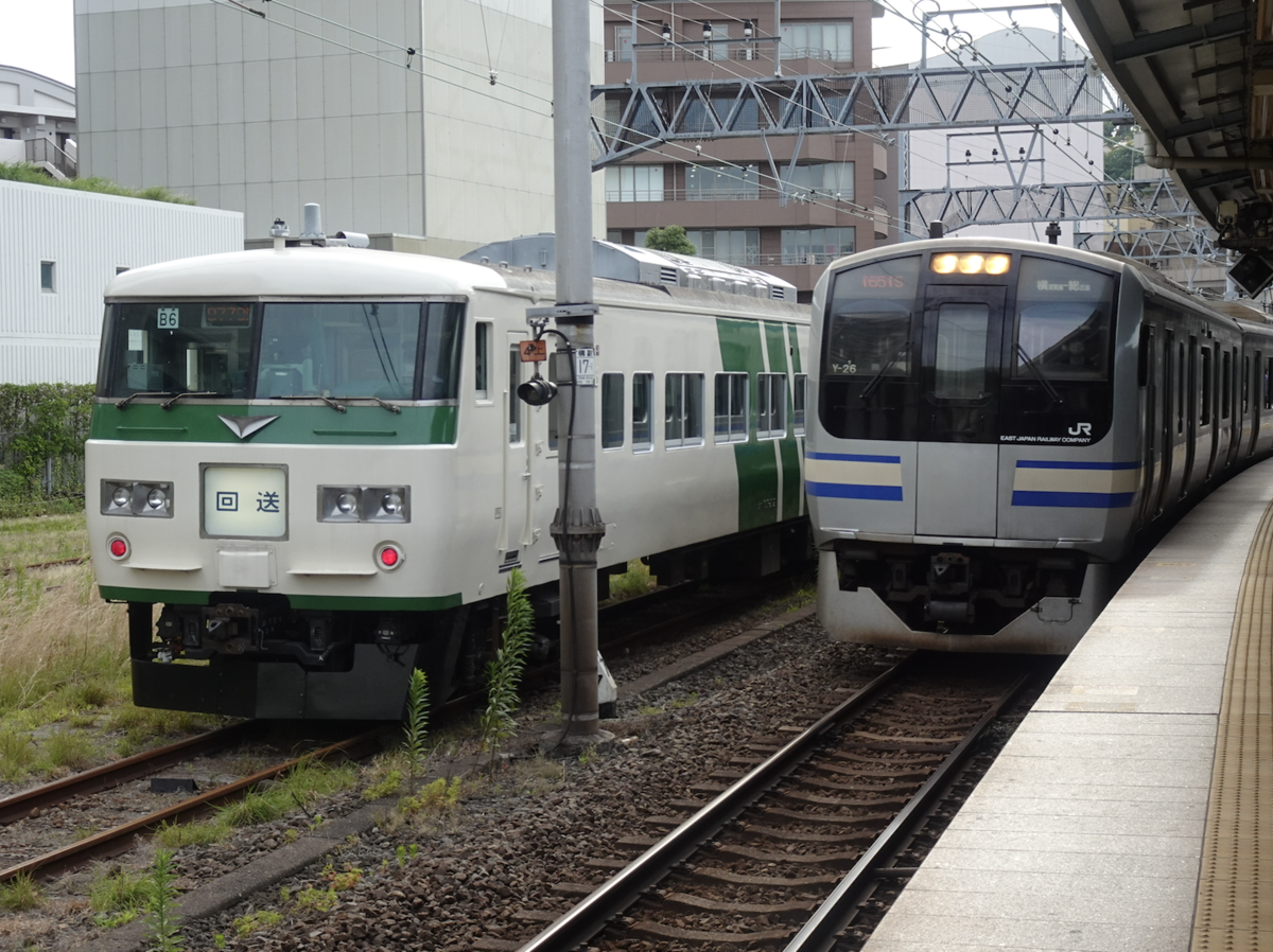 横須賀駅に留置中の185系6両編成、3番線に到着中の横須賀線E217系11両編成久里浜行き(2021/6/12)