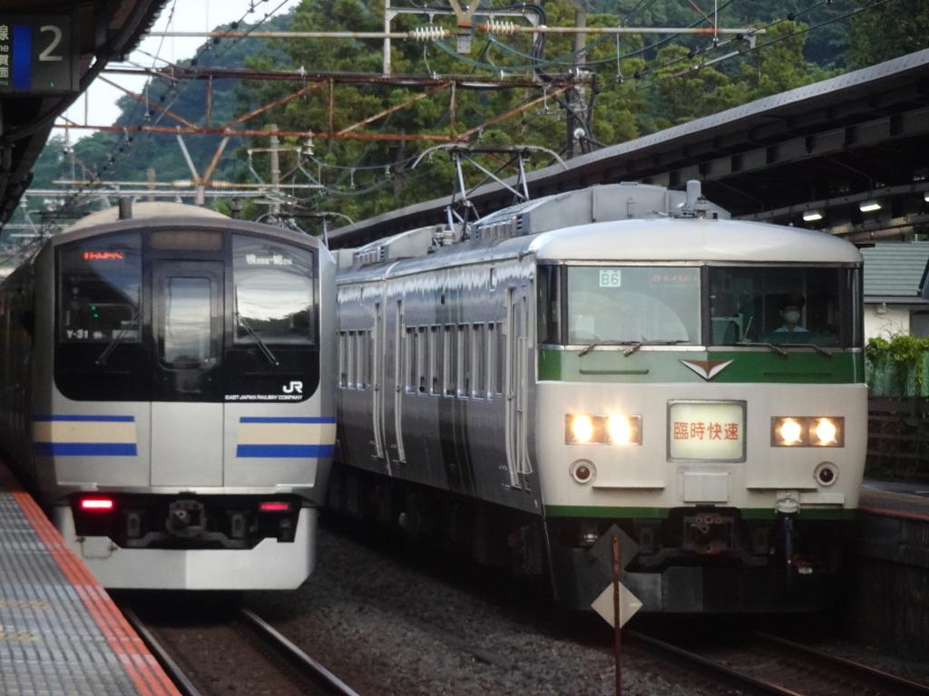 北鎌倉駅を発車するE217系、到着する185系臨時快速鎌倉あじさい号(2021/6/12)
