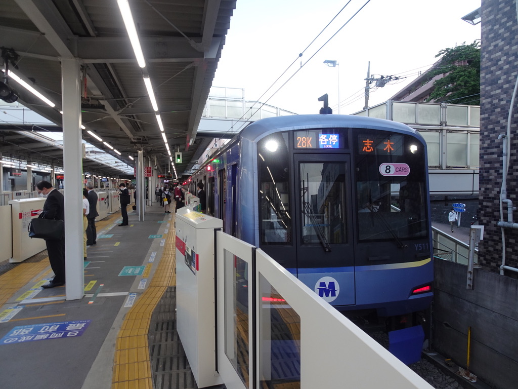 菊名駅6番線に到着した横浜高速鉄道Y511F各駅停車志木行き(2021/5/10)
