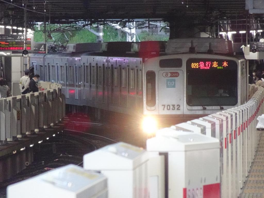 菊名駅5番線に到着中の東京メトロ7132F急行志木行き(2021/5/10)