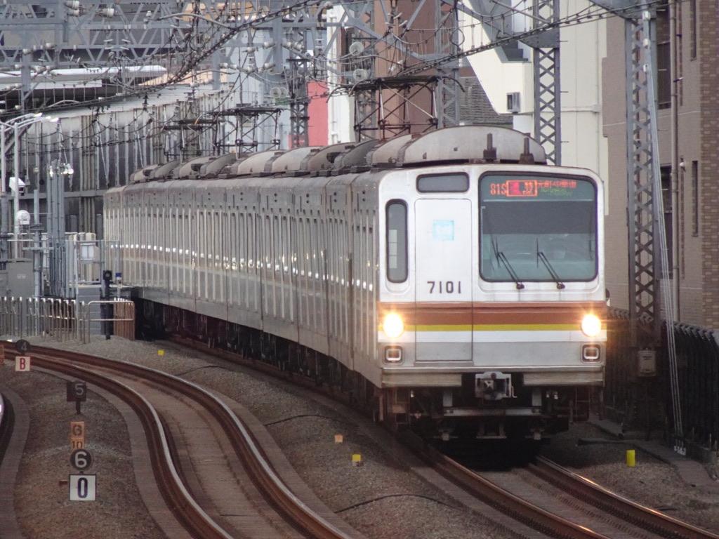 新丸子駅を通過した東京メトロ7101F通勤特急元町・中華街行き(2021/6/15)