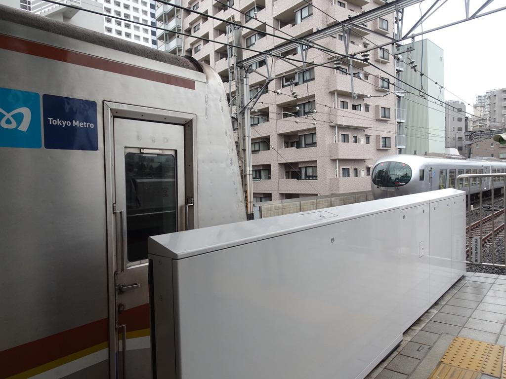 練馬駅でメトロ7101Fを追い抜いた西武001系Laview(2021/6/19)