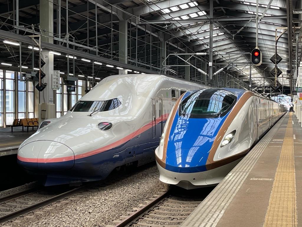 新潟駅13番線に停車中のE4系(8両編成)Maxとき316号東京行き、12番線に到着したE7系とき305号新潟止まり(2021/7/3)