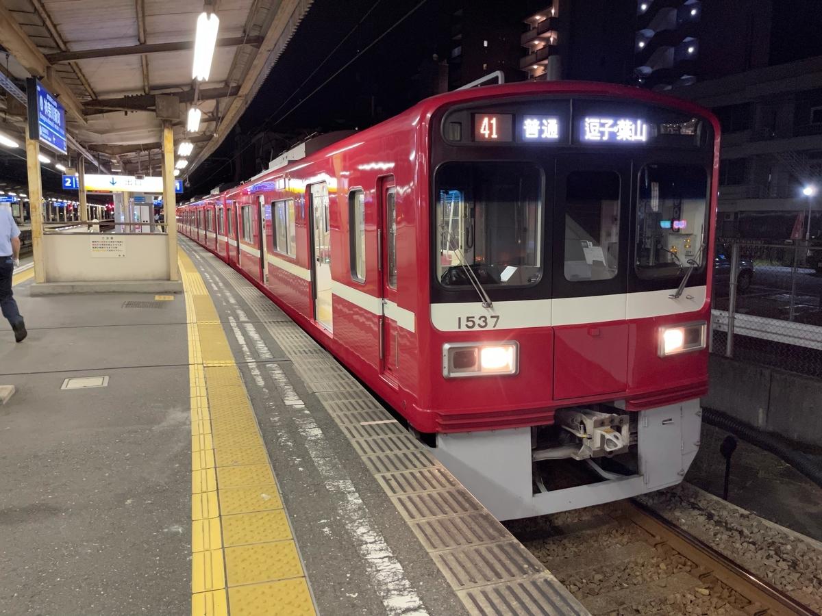 神奈川新町駅1番線に停車中の京急1537編成(6両編成)普通逗子・葉山行き(2021/7/18)