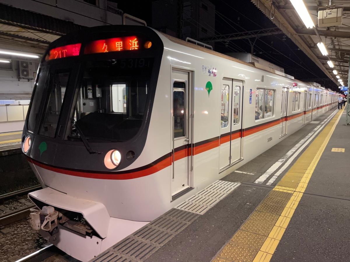 神奈川新町駅2番線に到着した都営5319F特急京急久里浜行き(2021/7/18)
