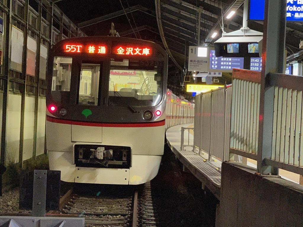 逗子・葉山駅1番線に停車中の都営5320F普通金沢文庫行き(2021/7/20)