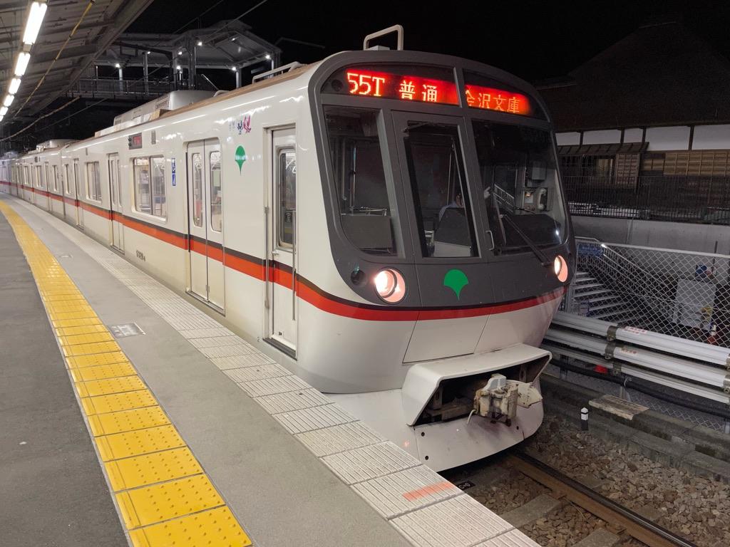 金沢八景駅4番線を発車する都営5320F普通金沢文庫行き(2021/7/20)