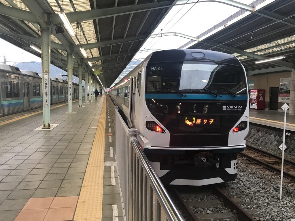 伊豆急下田駅2番線に停車中のE257系踊り子58号東京行き(2020/8/8)