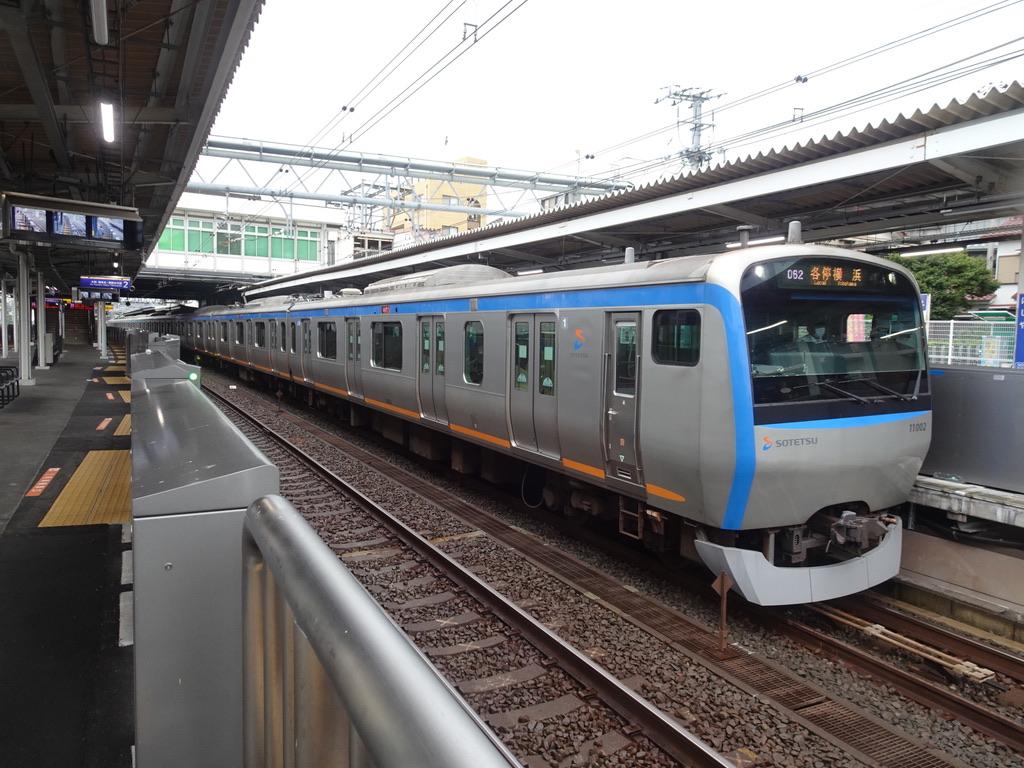 西谷駅3番線に停車中の11002F各駅停車横浜行き(2021/8/13)