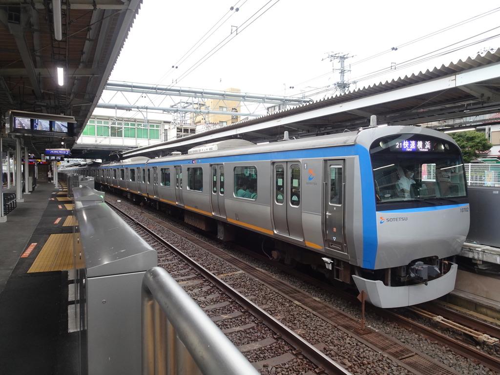 西谷駅3番線に停車中の10702F快速横浜行き(2021/8/13)