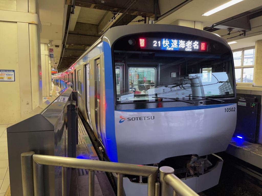 横浜駅2番線に停車中の10702F快速海老名行き(2021/8/13)