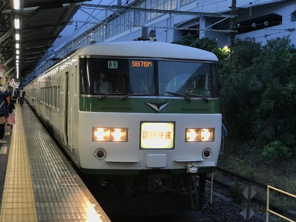 熱海駅5番線に入線した185系(6両編成)ホリデー快速あたみ号青梅行き(2020/11/7) 185系での運転は昨年までとなり、今年はE257系特急「あたみ」として運転される