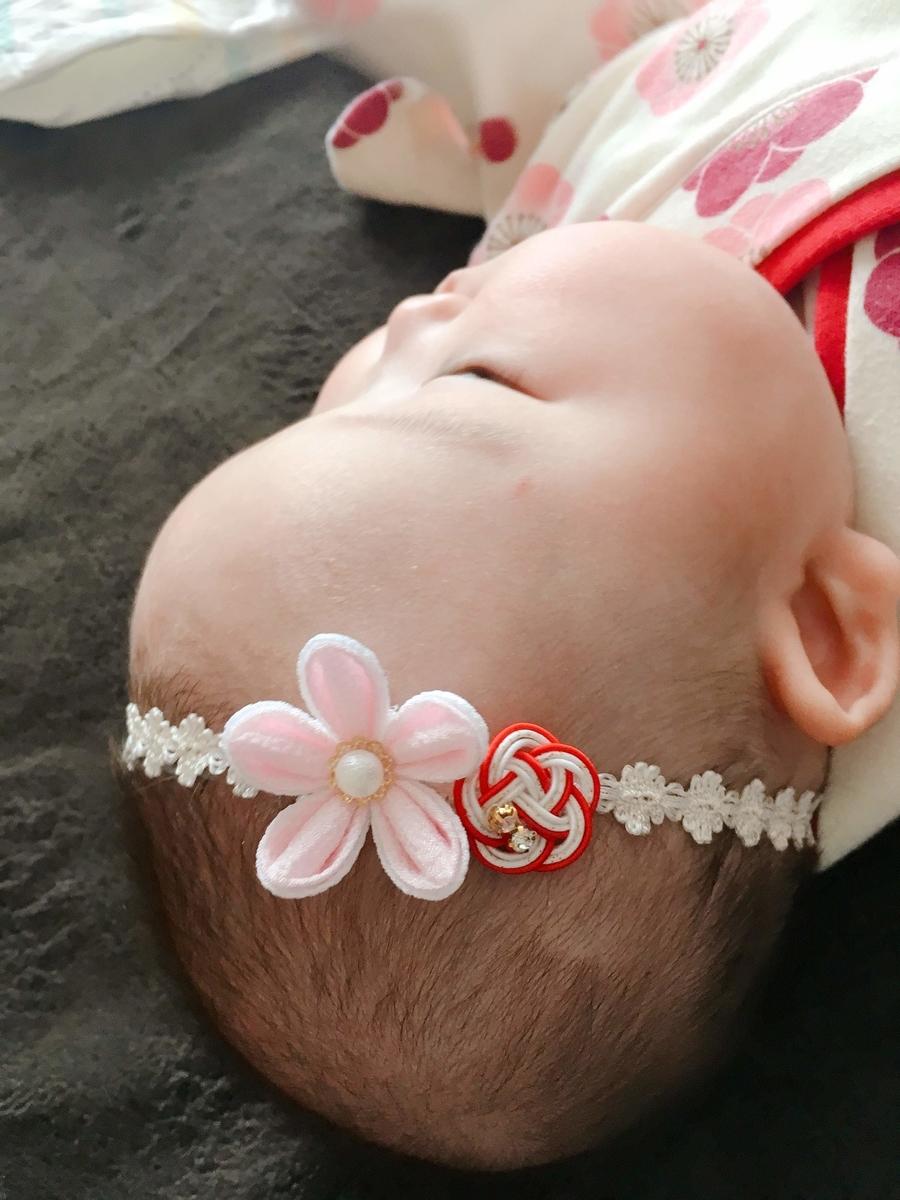 うすピンクのお花と赤い水引のモチーフがかわいい和風ヘアバンド