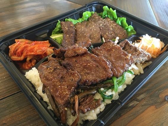焼肉韓国料理 白虎児(ペットラジ)のテイクアウトメニュー「上カルビ・ハラミ弁当」の写真