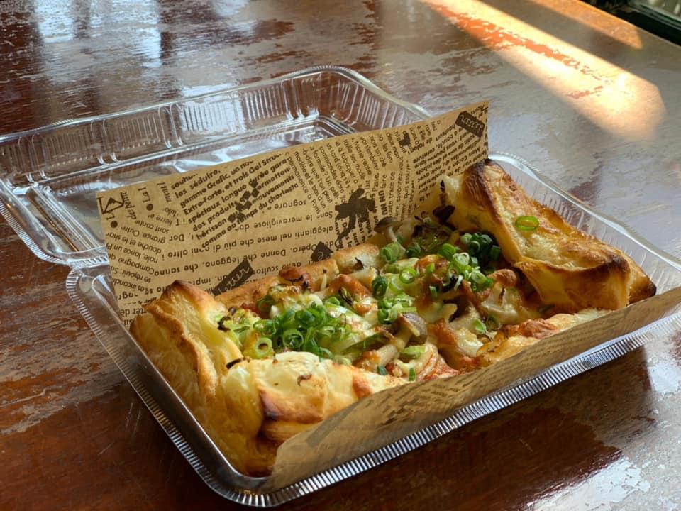 レストラン&カフェ ポテトのテイクアウトメニュー「パイピザ(ネギマヨきのこ)」の写真