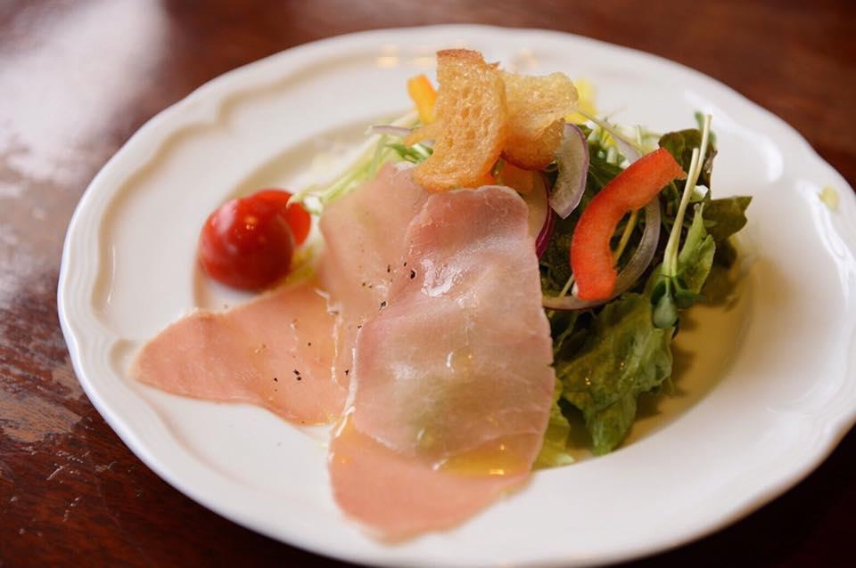 レストラン&カフェ ポテトのテイクアウトメニュー「生ハムサラダ」の写真