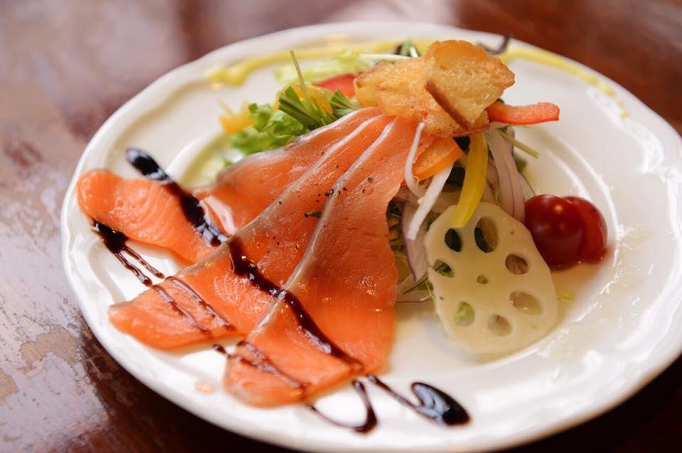 レストラン&カフェ ポテトのテイクアウトメニュー「サーモンサラダ」の写真